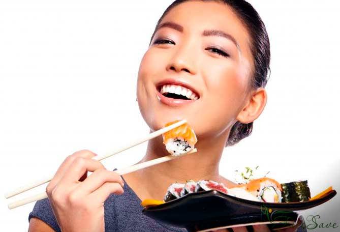 Японка ест рыбу