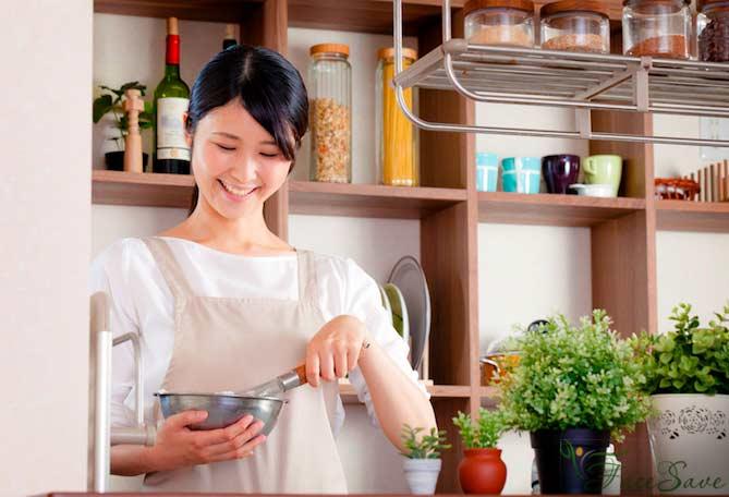 Японка готовит еду