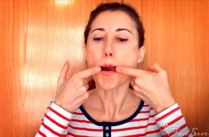 Ставим пальцы побокам рта